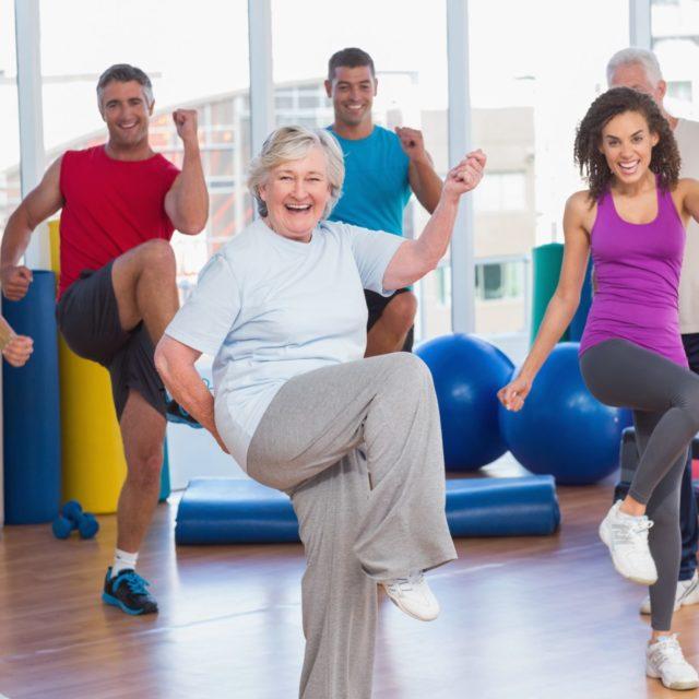Personas de todas la edades haciendo deporte